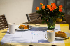 Tarte aux pommes avec le cappuccino sur la table de jardin Photos stock