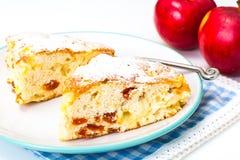 Tarte aux pommes avec les abricots secs sur un fond blanc Images stock