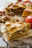 Tarte aux pommes avec les pommes, le cinnammon et les écrous Photo libre de droits