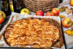 Tarte aux pommes avec les pommes rouges et jaunes Photographie stock libre de droits
