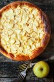 Tarte aux pommes avec un mélange des oeufs et de la crème sure Photographie stock libre de droits