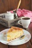 Tarte aux pommes, café et serviette rose Images stock