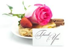 Tarte aux pommes, carte, cannelle, rose de rose, amandes et fraises Photo libre de droits
