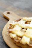 Tarte aux pommes cuite au four par jaune d'or Images stock