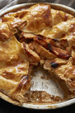 Tarte aux pommes cuite au four une tranche étant coupée Images libres de droits