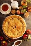 Tarte aux pommes décorée des feuilles de chute Photo stock