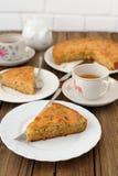 Tarte aux pommes démodée avec le thé noir Photographie stock libre de droits
