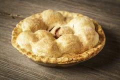 Tarte aux pommes d'or sur Barnwood rustique Photos stock