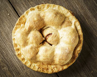 Tarte aux pommes d'or sur Barnwood rustique Photographie stock