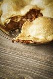 Tarte aux pommes d'or sur Barnwood rustique avec une tranche allée Photos libres de droits