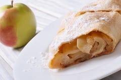 Tarte aux pommes d'un plat blanc Photographie stock libre de droits
