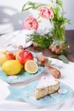 tarte aux pommes d'un plat bleu citron avec des pommes Images stock