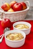 Tarte aux pommes dans la cuvette en céramique Image libre de droits