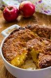 Tarte aux pommes dans un plat blanc de cuisson Image stock