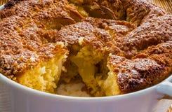 Tarte aux pommes dans un plat blanc de cuisson Images libres de droits