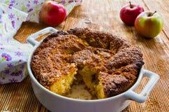 Tarte aux pommes dans un plat blanc de cuisson Photographie stock libre de droits