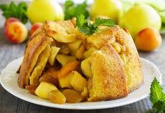 Tarte aux pommes de pain français avec des pommes Images libres de droits