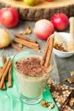 Tarte aux pommes de Smoothies avec les écrous et la cannelle Image libre de droits