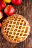 Tarte aux pommes de trellis cuite au four par maison sur la table en bois Photos stock