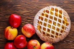 Tarte aux pommes de trellis cuite au four par maison sur la table en bois Photographie stock