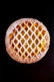 Tarte aux pommes de trellis cuite au four par maison sur le fond noir Photo stock