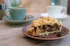 Tarte aux pommes et café sur en bois Image libre de droits