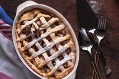 Tarte aux pommes faite à la maison anglaise avec les pommes et les bâtons de cannelle frais Photo libre de droits
