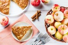 Tarte aux pommes faite maison avec de la cannelle et les pommes mûres fraîches à l'arrière-plan Image stock