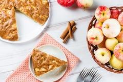 Tarte aux pommes faite maison avec de la cannelle et les pommes mûres fraîches à l'arrière-plan Photographie stock