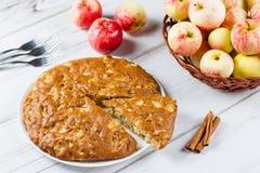 Tarte aux pommes faite maison avec de la cannelle et les pommes mûres fraîches à l'arrière-plan Photos libres de droits