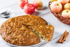 Tarte aux pommes faite maison avec de la cannelle et les pommes mûres fraîches à l'arrière-plan Photographie stock libre de droits