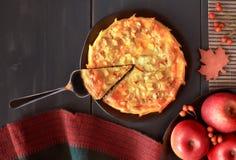 Tarte aux pommes faite maison de plat foncé avec des pommes sur le fond foncé Photo libre de droits