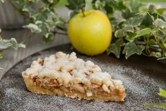Tarte aux pommes faite maison, dessert croustillant images stock