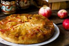 Tarte aux pommes faite maison sur le fond en bois Image libre de droits