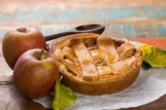 Tarte aux pommes faite maison traditionnelle avec les écrous et la cannelle a haut étroit Images stock