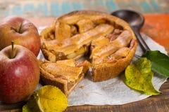 Tarte aux pommes faite maison traditionnelle avec les écrous et la cannelle a haut étroit Photo stock