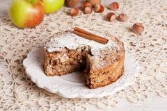 Tarte aux pommes fraîche dans une coupe sur le panneau en bois, vue supérieure Images stock