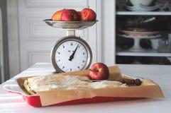 Tarte aux pommes - intérieur à la maison de pays Image libre de droits