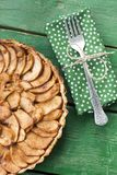 Tarte aux pommes juteuse avec de la cannelle sur un fond vert Photos stock
