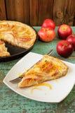 Tarte aux pommes ouverte faite maison et pommes rouges entières sur la table de vintage Images libres de droits
