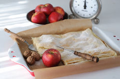 Tarte aux pommes, pommes et échelle de cuisine de vintage Photo libre de droits