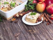 Tarte aux pommes, pommes rouges, menthe et épices Photographie stock libre de droits