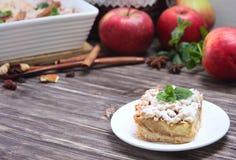 Tarte aux pommes, pommes rouges, menthe et épices Image stock