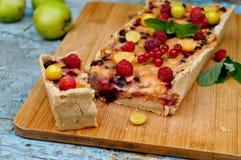 Tarte aux pommes servie avec les groseilles rouges et la framboise Photo stock