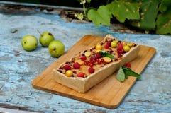 Tarte aux pommes servie avec les groseilles rouges et la framboise Image stock
