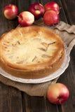 Tarte aux pommes sur la table en bois Photo libre de droits