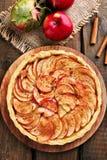 Tarte aux pommes sur la table en bois Photos stock