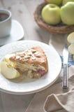 Tarte aux pommes sur le fond en bois rustique Photographie stock libre de droits