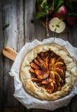 Tarte aux pommes sur le fond en bois rustique photos stock