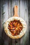 Tarte aux pommes sur le fond en bois rustique Images libres de droits